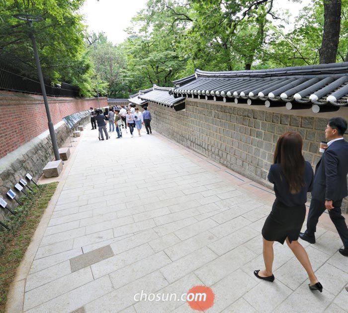 30일 58년 만에 보행길로 개방된 덕수궁 돌담길 100m 구간(주한 영국대사관 후문~대사관 직원 숙소 앞)을 시민들이 오가고 있다.