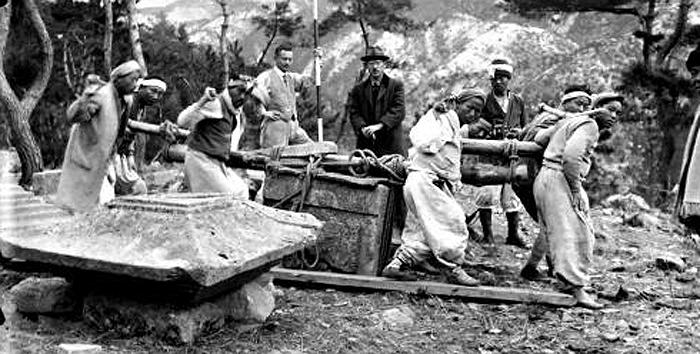 노세 우시조가 1930년대 경주에서 원원사지 삼층석탑을 복원하기 위해 1층 몸돌을 옮기는 모습을 촬영한 사진. 경주학연구원은 아스카엔이 보관하고 있는 문화재 사진 10만여 점을 조사하기로 했다.
