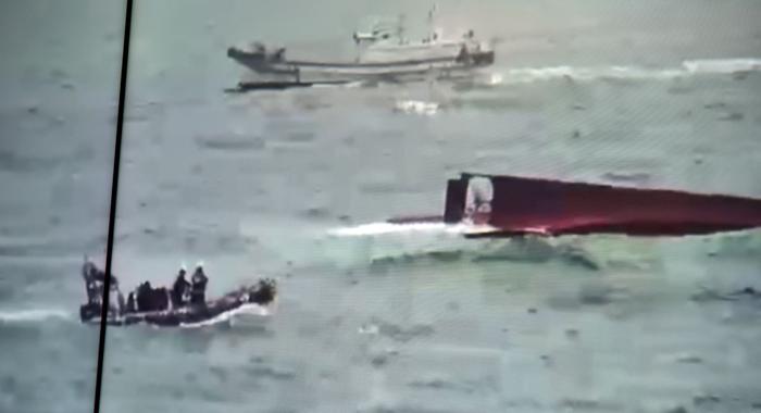 30일 오후 경북 포항 호미곶 동쪽 해역에서 붉은 대게잡이 통발 어선 803광제호(27t급)가 높은 파도에 전복돼 해양경찰이 수색 작업을 하고 있다. 선원 9명을 태우고 이날 오전 3시 30분쯤 구룡포항을 출항한 광제호는 사고 8시간 만에 인근을 지나던 상선에 발견돼 구조 작업이 늦어졌다. 선원 9명 중 3명은 뒤집힌 배 위에 있다가 구조됐고, 4명은 의식을 잃은 채 선실에서 발견돼 병원으로 이송됐지만 숨졌다.