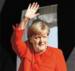 29일(현지 시각) 앙겔라 메르켈 총리가 독일 동부 지역인 비터펠트에서 열린 기독민주당의 총선 유세 현장을 찾아 유권자들에게 손을 흔들고 있다. 메르켈 총리는 다음 달 선거에서 4연임을 노리고 있다.