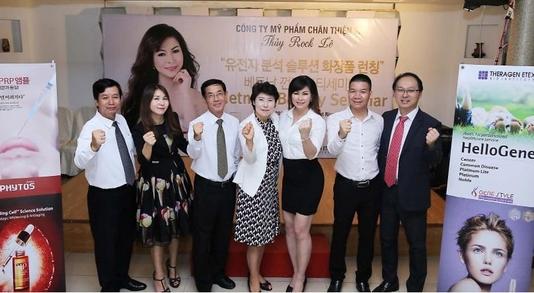 민경천 피토스 공동대표(맨 오른쪽)와 박영은 테라젠이텍스 이사는 31일 베트남 껀터에서 세미나를 열고 참석자들과 기념사진을 촬영했다. /피토스 제공