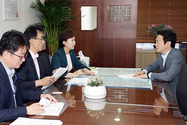 남경필 경기도지사가 1일 김현미 국토교통부 장관을 만나 면담하고 있다.