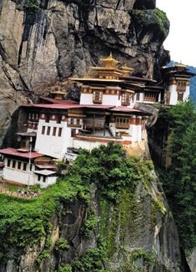 부탄의 대표적 명소로 절벽에 세워진 탁상사원.