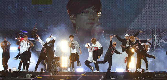 서태지(가운데)는 2일 데뷔 25주년 기념 공연에서 '방탄소년단'과 함께 '서태지와 아이들' 시절 히트곡 8곡을 들려줬다. 그는 그 시절 안무까지 재연했고 팬들도 춤을 따라 추며 공연을 즐겼다.