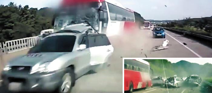 2일 오후 충남 천안시 천안~논산 고속도로 하행선 정안휴게소 부근에서 45인승 고속버스가 앞서가던 싼타페 SUV 차량을 뒤에서 들이받고 있다(큰 사진). 작은 사진은 버스가 추돌 후에도 속도를 줄이지 않고 그대로 밀고 나가 주변 차량과 연쇄 추돌을 일으키는 모습. 이 사고로 싼타페에 타고 있던 40대 부부가 숨지고 9명이 부상했다.