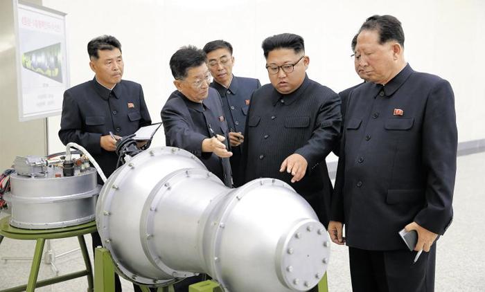 '화성-14형 핵탄두' 보는 김정은… 실물 여부 확인 안돼 - 북한 조선중앙통신은 3일 김정은 노동당위원장의 핵무기연구소 시찰 사진을 공개하며 김정은이 '새로 제작한 대륙간탄도로켓 전투부(탄두)에 장착할 수소탄을 보아주시었다'고 보도했다. 수소탄이 실물인지 모형인지는 밝히지 않았다. 군 전문가들은 핵 물질이 장착된 실물이라면 김정은이 가까이 서 있기 어려울 것으로 봤다. 김정은 뒤에 있는 안내판에 '화성-14형 핵탄두(수소탄)'라고 적혀 있다.