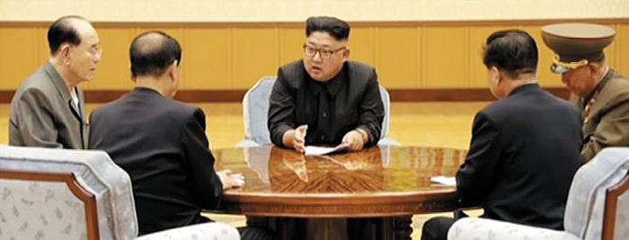 이 회의서 '수소탄 실험' 결정 - 북한 조선중앙TV가 3일 공개한 노동당 중앙위원회 정치국 상무위원회의 모습. 김정은(가운데) 노동당 위원장이 주재한 이 회의에서 '대륙간탄도미사일(ICBM) 장착용 수소탄 실험을 진행할 데 대하여' 안건이 채택됐다고 이 언론은 보도했다.