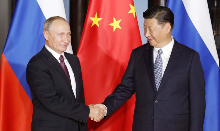 """시진핑·푸틴 """"한반도 비핵화 입장 변함없다"""" - 시진핑(오른쪽) 중국 국가주석과 블라디미르 푸틴(왼쪽) 러시아 대통령이 3일 중국 푸젠(福建)성 샤먼(廈門)에서 개막한 브릭스(BRICs) 정상회의에서 만나 악수하고 있다. 신화통신은 """"중·러 두 정상이 한반도 비핵화에 대한 공동 입장을 재확인했다""""고 보도했다."""