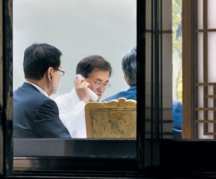 문재인 대통령이 4일 청와대 관저 소회의실에서 앙겔라 메르켈 독일 총리와 전화 통화를 하고 있다.