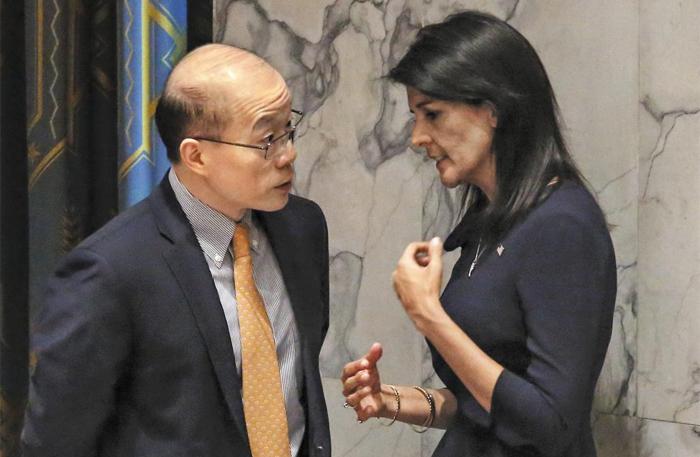 니키 헤일리(오른쪽) 유엔 주재 미국 대사와 류제이(왼쪽) 유엔 주재 중국 대사가 4일(현지 시각) 미국 뉴욕 UN본부에서 열린 유엔 안전보장이사회 긴급회의에 들어가기 전 이야기를 나누고 있다.