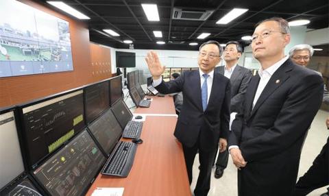황창규(왼쪽에서 첫째) KT 회장이 5일 경기도 과천 KT-MEG 관제센터에서 백운규(오른쪽) 산업부 장관에게 KT의 스마트 에너지 관리 기술을 소개하고 있다.