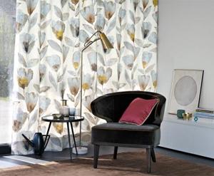 큼직한 무늬를 은은한 수채화처럼 표현한 '짐머앤로드'의 커튼. 실내 분위기를 차분하게 해준다.
