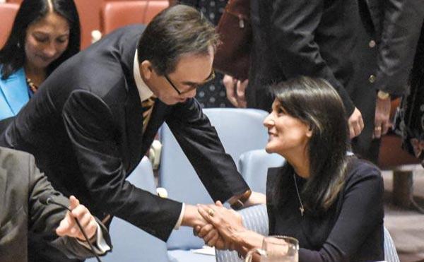 니키 헤일리(오른쪽) 유엔 주재 미국 대사가 4일(현지 시각) 뉴욕 유엔본부에서 열린 안전보장이사회 긴급 회의를 앞두고 조태열 유엔 주재 한국 대사와 악수하고 있다.