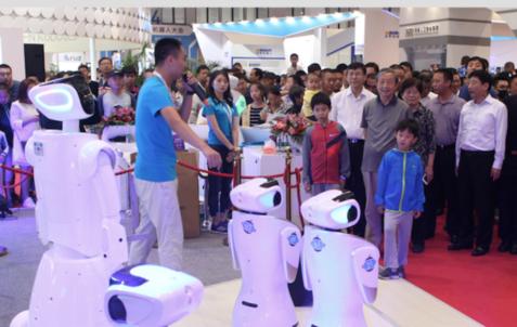 8월 베이징에서 열린 세계로봇대회에 치한과기가 출품한 서비스용 로븟 산바오를 마카이 부총리 등이 둘러보고 있다./치한과기