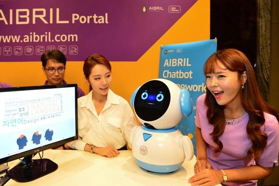 에이브릴을 이용해 개발된 인공지능 로봇을 모델들이 시연하는 모습 /SKC&C 제공