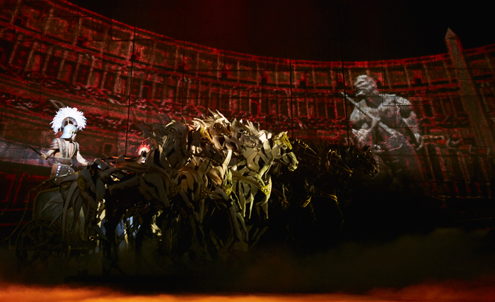 뮤지컬 '벤허'의 전차 경주 장면. 관절과 뼈대가 드러나는 실제 크기의 말 뒤로 대형 홀로그램 영상이 무대를 가득 채운다.