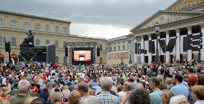 지난 7월 뮌헨 바이에른 국립오페라극장 앞 막스 요제프 광장서 열린 '모두를 위한 오페라'(Opera for All). 페트렌코가 극장에서 지휘한 바그너 오페라 '탄호이저'가 스크린에 생중계됐다.