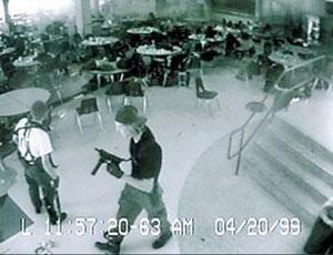 사건 당일 콜럼바인 고교의 CCTV에 잡힌 총을 든 범인들의 모습.