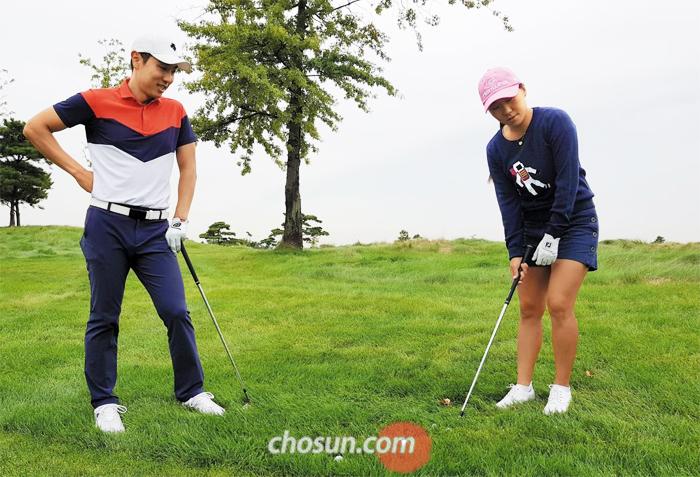 최근 군에서 전역한 남자 골프 최고 스타 배상문이 LPGA 투어 '메이저 챔피언' 김인경에게 그린 주변 러프샷 원포인트 레슨을 하는 장면. 이들은 잭 니클라우스 골프클럽 연습장에서 우연히 처음 만났는데 김인경의 부탁으로 즉석 레슨이 이뤄졌다.
