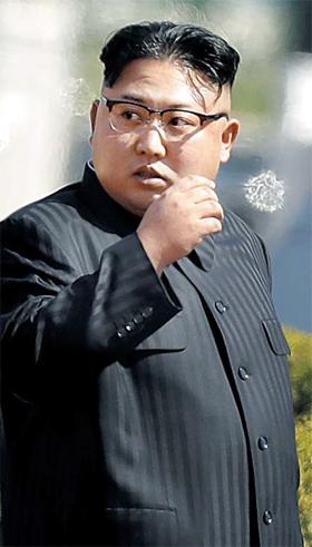 6일(현지 시각) 미국이 북한의 6차 핵실험에 대응해 추진하는 유엔 안전보장이사회 대북 제재안에는 김정은 노동당 위원장의 해외 자산 동결 및 여행 금지 조항이 포함됐다. 김정은이 실명으로 안보리 대북 제재 대상에 포함된 것은 처음이다. 사진은 지난 4월 13일 평양 고층 빌딩지구인 '여명 거리' 개장 행사에 참석한 김정은.