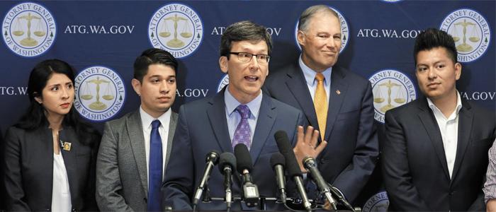 워싱턴州 법무장관, 다카 폐지 반대 기자회견 - 6일(현지 시각) 밥 퍼거슨(가운데) 미 워싱턴주(州) 법무장관이 시애틀에서 '불법체류 청년 추방 유예(DA CA)' 프로그램 폐지에 반대하는 기자회견을 하고 있다. 미국 15개 주와 수도인 워싱턴 DC 법무 당국은 이날 뉴욕 동부 연방지방법원에 공동소송을 제기했다.