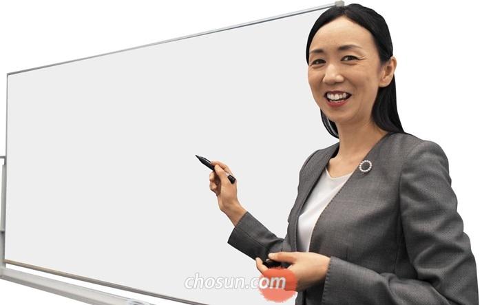 """'영어는 3단어로' 저자이자 유명 영어 강사인 나카야마 유키코씨는 """"모든 영어 문장은 주어-동사-목적어 3단어로 표현할 수 있다""""고 했다. 'I am a teacher of English(나는 영어 선생님입니다)'를 'I teach English(나는 영어를 가르칩니다)'로 표현한다. be동사나 관사 없이 간단하고 명확한 영어 문장을 만들 수 있는 방법이라고 설명했다."""