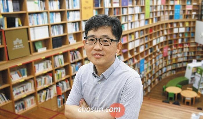 """서울도서관에서 만난 김정선씨는 """"딴생각 많이 하고 좀 덤벙대는 성격이었는데 이 일을 오래 하다 보니 좋게 말하면 꼼꼼해졌고 사실은 소심해졌다""""며 """"외주 교정자는 직업상 쓸데없는 의심을 계속해야 하는 사람""""이라고 했다."""
