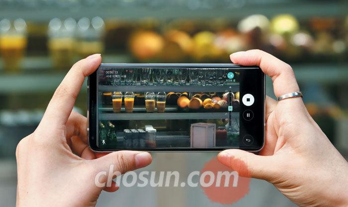V30의 '시네 비디오' 모드에서 '포인트줌' 기능을 이용해 동영상을 촬영하는 모습.