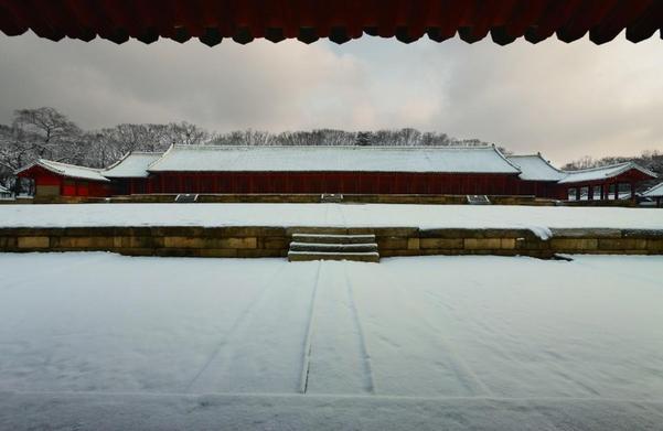 종묘의 겨울. 눈이 내려 정전의 지붕이 하얗게 덮일 때 종묘는 거대한 수묵 진경산수화 같은 명장면을 연출한다.