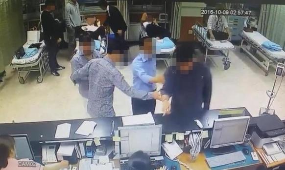 지난해 광주 지역 한 종합병원 응급실에서 조직폭력배 정 모 씨 등 일행이 행패를 부리며 의료진의 진료를 방해했다. 경찰이 공개한 CCTV 영상이다. / 광주 서부경찰서 제공