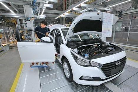 현대차 중국 창저우 4공장에서 생산직 근로자가 중국 판매용 소형차인 위에나를 생산하고 있다./현대차 제공