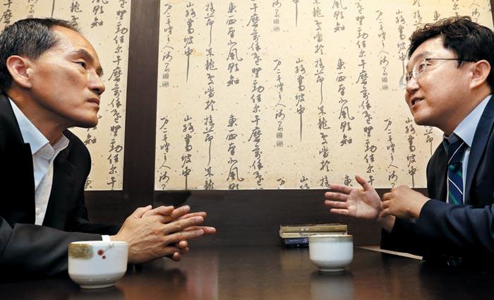 '문재인 포퓰리즘' 출간한 김용태 의원(오른쪽)