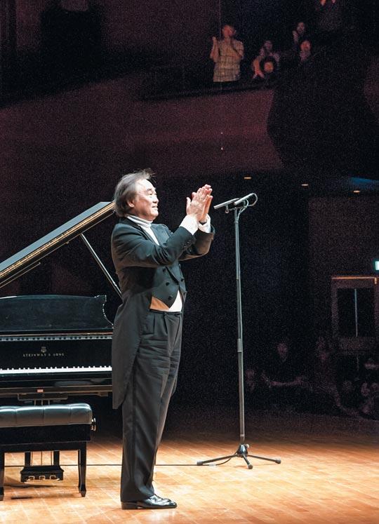 8일 오후 베토벤 소나타 마지막 연주를 마친 후 기립박수를 보내는 청중에게 화답하는 백건우.