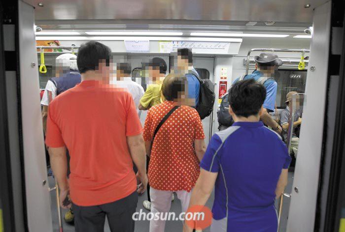 10일 오후 우이신설선 북한산우이역에서 승객들이 열차에 탑승하고 있다.