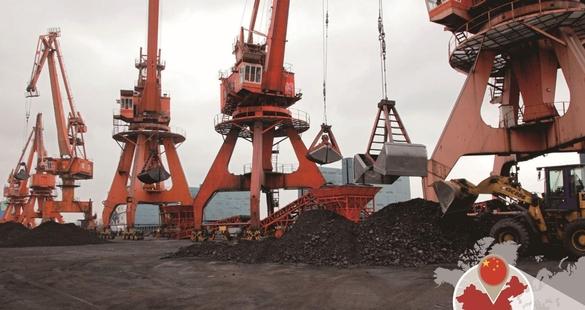 바지선에 실려 해상으로 운송돼 온 석탄을 상하이항에서 장비로 실어 나르고 있다./사진=블룸버그