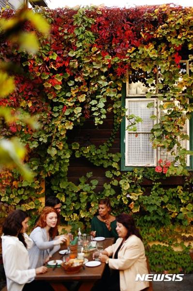 오스트리아 빈에서 한 영 비어니즈가 외국인 관광객들에게 와인을 소개하고 있다.