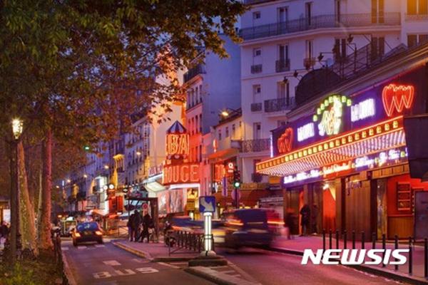 프랑스 파리의 '쇼핑 핫 플레이스'인 피갈 지구 야경.