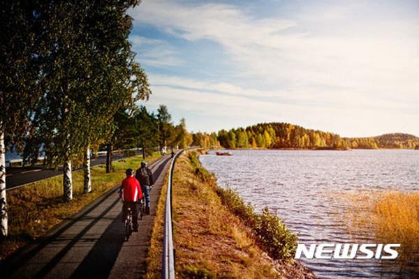'호수의 나라' 핀란드에서 자전거 동호인들이 라이딩을 하고 있다.