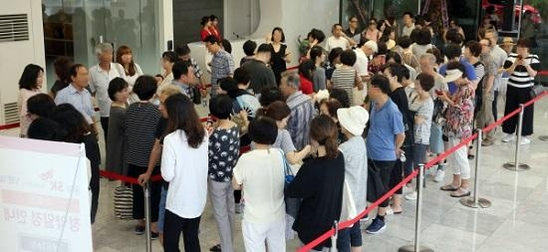 지난달 서울 강남구 개포동 SK뷰 갤러리에 마련된 '공덕SK리더스뷰' 아파트 모델하우스에서 방문객이 줄을 서고 있다. /주완중 기자