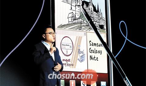 12일 서울 삼성전자 서초사옥 다목적홀에서 고동진 삼성전자 무선사업부장(사장)이 갤럭시노트8을 소개하고 있다. 갤럭시노트8은 오는 21일 국내에 공식 출시된다.