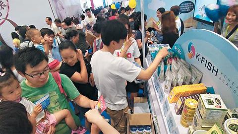 밥반찬으로만 생각했던 김이 해외 90여 국에 수출되는 등 수출 효자 상품으로 부상하고 있다. 중국에서 열린 영·유아 박람회에서 현지인들이 국산 김 제품을 살펴보고 있다.