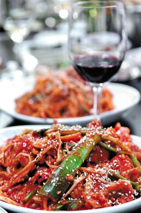 아귀찜과 레드와인. 매운 한국 음식과 레드와인은 궁합이 잘 맞지 않는다고 알려졌다.