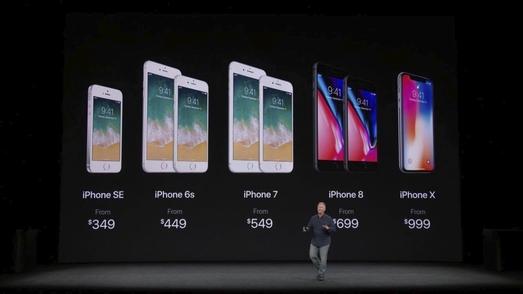 필 쉴러 애플 부사장이 12일(현지시간) 스티브 잡스 극장에서 열린 애플 신제품 공개 행사에서 아이폰 제품군과 각 제품 가격을 설명하고 있다. / 애플 스트리밍 캡처