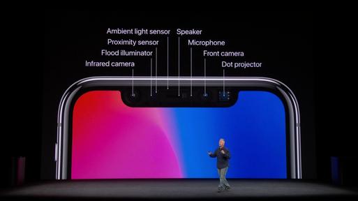 필 쉴러 애플 부사장이 12일(현지시간) 스티브 잡스 극장에서 열린 애플 신제품 공개 행사에서 아이폰X 트루뎁스카메라를 설명하고 있다. / 애플 스트리밍 캡처