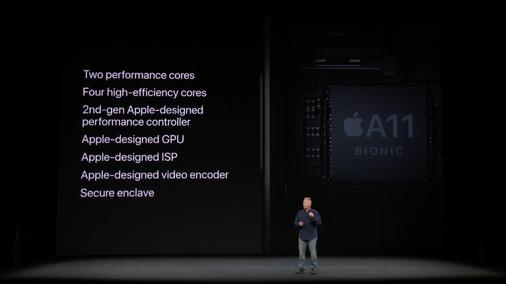 필 쉴러 애플 부사장이 12일(현지시간) 스티브 잡스 극장에서 열린 애플 신제품 공개 행사에서 아이폰X에 탑재된 A11 바이오닉 칩을 설명하고 있다. / 애플 스트리밍 캡쳐