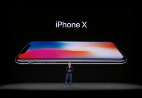 12일(현지시간) 스티브 잡스 극장에서 열린 애플 신제품 공개 행사에서 팀쿡 애플 최고경영자(CEO)가 아이폰 10주년 기념 모델 '아이폰X'를 소개하고 있다 / 애플 라이브 영상 캡처