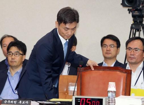 박성진 중소벤처기업부장관 후보자가 지난 11일 국회에서 열린 인사청문회에 참석해 자리에 앉고 있다. / 사진=연합뉴스
