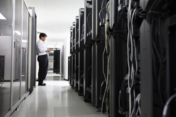 코스콤 직원이 클라우드 서비스를 제공하는 데이터 센터의 냉각기를 점검하고 있다. /코스콤 제공