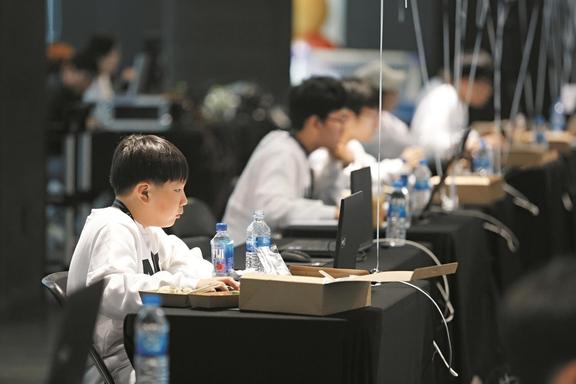 넥슨 청소년 코딩대회인 '넥슨 청소년 프로그래밍 챌린지(NYPC)'에서 청소년 참가자들이 코딩을 하고 있다. /넥슨 제공