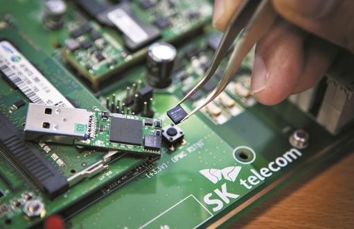 SK텔레콤은 양자암호 원천기술을 위한 양자난수생성 칩 시제품을 개발했다. / SK텔레콤 제공